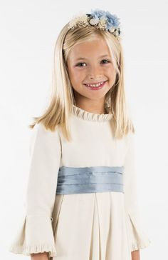 Beige canvas dress, skirt and sleeve boards, pleated cotton neck and sleeve detail, blue taffeta tie (sold out laced, can be replaced by any of the lacing album). Little Girl Dresses, Little Girls, Girls Dresses, Text Features, Communion Dresses, Kids Fashion, Girl Outfits, Dresses With Sleeves, Beige