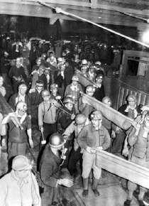 福岡県大牟田市の三井三池鉱業所・三川鉱で炭じん引火による大爆発事故が発生した。爆風と炎により各所で落盤が起き、一酸化炭素が坑内に充満して458人が死亡、500人を超える重軽傷者を出した。1963.11.9