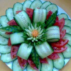 Veggie Tray Flower (cucumber & tomatoes) If you are wanting to get healthy & you need Appetite Control & Energy.You will LOVE Saba ACE I walk right past the candy isle. Click pic to get bott (Bottle Green Combination) Veggie Art, Fruit And Vegetable Carving, Vegetable Salads, Veggie Platters, Food Garnishes, Garnishing, Food Carving, Food Displays, Snacks Für Party