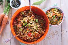 L'insalata di riso integrale è un primo piatto ricco di verdure estive, genuino e salutare. Perfetto come piatto unico per una gita fuori porta!