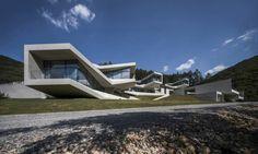 maison-béton-design-minimaliste-baies-vitrées-espace-extérieur