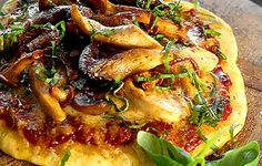 Pizza. jossa paljon tomaattikastiketta, vähänlaisesti juustoa ja reilut reunat. Täyte on jännä sekoitus mietoa kananlihaa ja maukkaita kantarelleja.