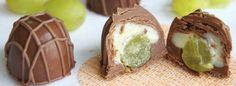 Bombom de chocolate com recheio de uva e doce de leite.