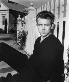photoshopped - Original is of James Dean . Never have seen EP in this 'fence' environment and the face/head appears too big for the body. Jimmy Dean, James Dean Style, James Dean Photos, James Dean Life, James Bond, Classic Hollywood, Old Hollywood, Hollywood Glamour, Hollywood Tattoo