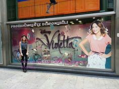 Tini voit la vitrine de Violetta saison 2