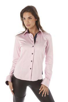 Chemise femme rose unie Rock top tendance avec intérieur col et poignet  violet s accordant judicieusement avec la patte de boutonnage bleu marine. 7e718820029d