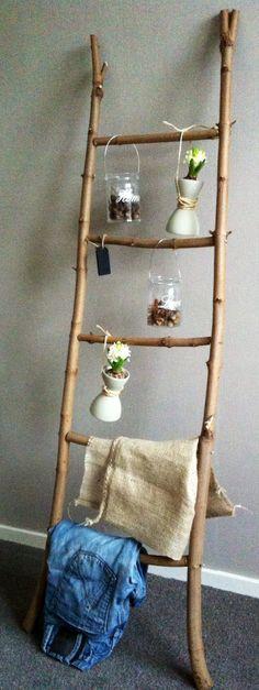 Laddertje van takken gemaakt! Gezellig alvast voor het voorjaar met bolletjes er in.