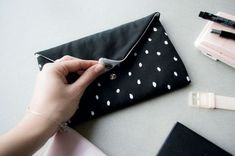 Tuto sewing an envelope shaped pouch Hand Sewing Projects, Sewing Tutorials, Sewing Crafts, Tutorial Sewing, Coin Couture, Couture Sewing, Diy Bags Purses, Diy Purse, Pochette Diy