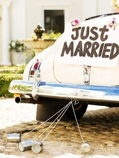 Warum wird nach der Hochzeit eigentlich gehupt? Mit dem Hup-Corso nach einer Hochzeit sollen böse Geister vertrieben werden. Aus dem selben Grund werden auch Blechdosen am Hochzeitsauto befestigt...Hier findet ihr schöne Hochzeitsdeko