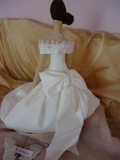 Noiva e parte de trás do vestido Vintage Chic. BY A Fada Rosarinho. https://www.facebook.com/pages/A-Fada-Rosarinho/156591247695850