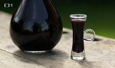Dámský borůvkový šláftruňk — Recepty — Kouzelné bylinky — Česká televize Alcoholic Drinks, Beverages, Home Canning, Wine Decanter, Healthy Drinks, Red Wine, Barware, Smoothies, Piercing