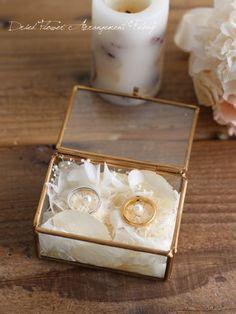 小さなガラスケースにプリザーブドフラワーでおめかしをしたリングピロー。 オフホワイトのプリザーブドフラワーで上品なアレンジです。 箱ににお入れしてお届け致します。