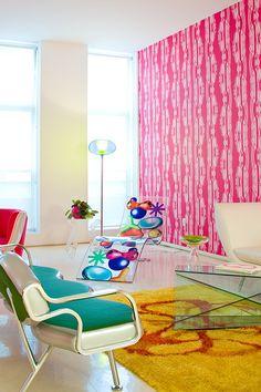 WOW! Hoe bedoel je #kleur in je #interieur?! Dit #appartement met #felle #kleuren en #designmeubels is #ontworpen en ingericht door Karim Rashid.