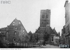 Wielki Młyn (z lewej) i kościół św. Katarzyny (z prawej) - widok zewnętrzny z ul. Na Piaskach. Widoczne zniszczenia wojenne. Ul, Danzig, Cathedral, Building, Travel, Viajes, Buildings, Cathedrals, Destinations