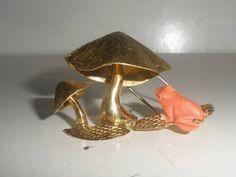 EXQUISITE VINTAGE 14K GOLD CARVED FIGURAL CORAL FROG UNDER MUSHROOMS BROOCH