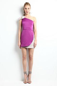 """Vestido asimétrico bicolor: morado y nude con lazo en el hombro. Modelo Alena - """"Moments"""" P/V 2014 Apparentia Collection."""