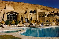 A environ 50 kilomètres au nord de Tozeur, Chebika est une oasis située dans une gorge encaissée. L'ancien village a été abandonné suite à des pluies meurtrières, le nouveau fut reconstruit au bord de la route de Tozeur à Tamerza. L'oued jaillit des rochers, baignant les palmiers. Si vous grimpez jusqu'au mausolée, vous aurez une vue magnifique sur le chott, l'oasis et les montagnes...  Cet hôtel se fondait parfaitement dans son environnement et était vraiment un oasis dans le désert.