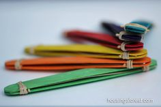 Manualidades para niños: instrumentos musicales hechos en casa. Armónica hecha con palitos de helado