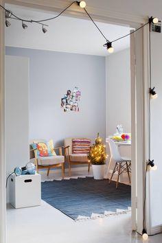 Työhuoneen nojatuolit Kirsi on saanut mummultaan. Seinällä on kokoelma Instagram-kuvia, jotka hän teetätti Ifolorin kuvapalvelussa. Valkoinen säilytyslaatikko on Tunto Designin M3-säilytyslaatikko ja sen päällä Design House Stockholmin Work Lamp -valaisin.
