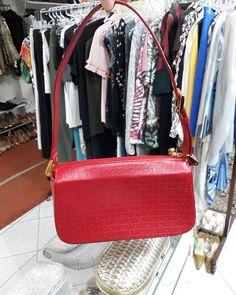 Bolsa vermelha modelo médio de ombro de couro original da #VictorHugo.  #VictorHugo  R$16700  #brechócamarimtododianovidade  #brecho.