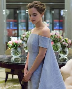 Emma Watson in blue, off-the-shoulder gown with attached cape /// Beautiful as always Emma Watson Beauty And The Beast, Emma Watson Beautiful, Jessica Chastain, Vestidos Emma Watson, Emma Watson Estilo, Ema Watson, Princess Belle, Princess Katherine, Real Princess