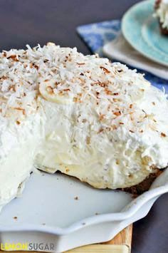 Vanilla Coconut Banana Cream Pie Recipe ~ Says: Sky-high banana cream pie made with a vanilla filling and topped with toasted coconut, this easy pie is sure to impress! The best that spring has to offer! Just Desserts, Delicious Desserts, Yummy Food, Lemon Desserts, Pie Dessert, Dessert Recipes, Crumble Pie, Cream Pie Recipes, Easy Pie