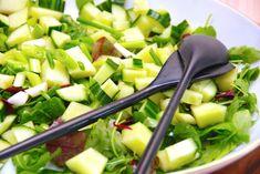 Dette er en nem opskrift på melonsalat, der laves med en dejlig Galia melon. Melonsalaten indeholder også agurk og forårsløg. Melonsalat kan laves på mange forskellige måder, og selvfølgelig med diverse sorter af melon. Her er det