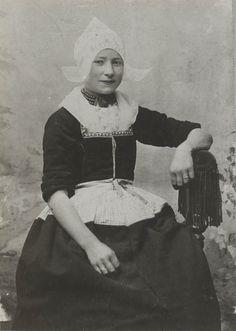 479. Geertje Buis in Volendammer streekdracht. ca 1900 #NoordHolland #Volendam