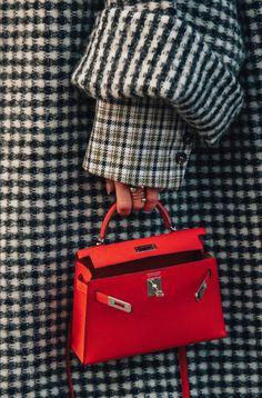 Hermes Kelly Bag + Women's Designer Handbag + Fashion Trend + Luxury – bolsos de mujer Hermes Kelly Taschen, Hermes Kelly Bag, Hermes Bags, Hermes Handbags, Street Style Fashion Week, Street Style Blog, Cool Street Fashion, Looks Chic, Red Bags