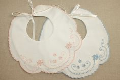 Cotton piqué Baby bib embroidered with garanitos, corda stitch, viúvas and…