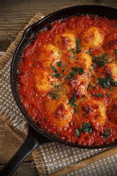 Mod de preparare Galuste de cartofi in sos de rosii: Galuste: Cartofii se spala foarte bine si se pun la fiert in apa cu sare. Cand sunt fierti se trec sub jet de apa rece si se curata de coaja. Se pun intr-un castron si se paseaza. Veggie Dishes, Vegetable Recipes, Vegetarian Recipes, Cooking Puns, Cooking Recipes, Baby Food Recipes, New Recipes, Romanian Food, Food Goals