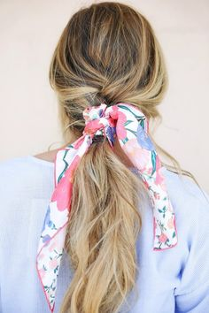 Lovely casual way to wear a silk scarf in her hair Beautiful vivid design! Great scarf outfit idea Similar brightly coloured scarves available at Papillon silks . Scarf Hairstyles, Summer Hairstyles, Hairband Hairstyle, Hairstyle Ideas, Ponytail, Hair Inspo, Hair Inspiration, Scarf Styles, Hair Styles