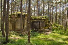 Historische Steinbrüche Wernsbach  Das Steinbruchareal stellt das größte zusammenhängende im gesamten Landkreis Roth dar.  Auf dem 250  500 Meter großen Gelände gibt es verwitterte Felsabbrüche bis zu acht Meter hohe steile Abbauwände Steinbögen und künstliche Stollen von aufgelassenen Sandsteinbrüchen.  Dort bieten sich gute Einblicke in die unterschiedliche Qualität des ehemals begehrten Sandsteines.  Quelle: WIKIPEDIA