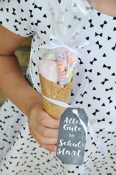 Make cute school bag from ice cream cone - baby shower litle boy - Enschulung Comida Baby Shower, Birthday Diy, Birthday Parties, Birthday Presents, Cute School Bags, Holiday Break, Beginning Of School, Unicorn Party, Little Gifts