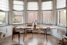 This table is from the danish designer Borge Mogensen.......NATURAL LIGHT......THE TABLE......WHITE AND WOOD