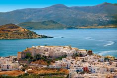 Le tipiche casette bianche di Naxos, circondate da mare cristallino e colline verdeggianti (foto: Alamy/Milestonemedia)