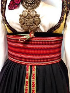 Bilderesultat for beltestakk hjul Folk Fashion, Ethnic Fashion, Norwegian Fashion, Scandinavian Embroidery, Folk Dance, Folk Costume, Fashion History, Costumes For Women, Traditional Dresses