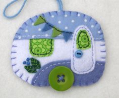 Vintage caravan trailer ornament, handmade from felt and decorated with fabric scraps. With tiny felt bunting and buttons for the wheel and door knob. Colors are blue and white. With blanket stitched Felt Diy, Handmade Felt, Felt Crafts, Christmas Sewing, Christmas Projects, Holiday Crafts, Vintage Christmas, Sewing Crafts, Sewing Projects