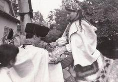 Князь Петро Боб`як та княгиня Ольга Палійчук перед вінчанням у церкві.З фотоархіву Дмитра Пожоджука.