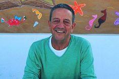 Ο Κώστας Στοφόρος είναι δημοσιογράφος και συγγραφέας. Έχει εργαστεί επί σειρά ετών στην τηλεόραση. Συνεργάζεται με το Μουσείο Σχολικής Ζωής και Εκπαίδευσης, και γράφει στο διαδίκτυο, σε εφημερίδες και περιοδικά κυρίως για θέματα βιβλίου και πολιτισμού. Baseball Cards, Sports, Hs Sports, Sport