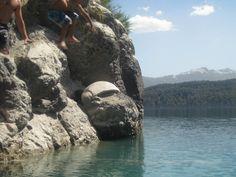 Saltar desde el peñon de Puerto Arauco y sumergirse en el lago Nahuel Huapi