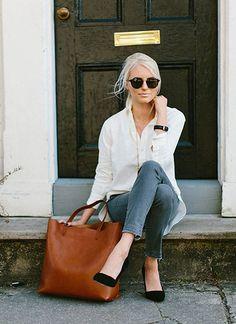 白シャツ×ジーンズに黒パンプスで大人っぽいコーデに(レディース)海外スナップ | MILANDA