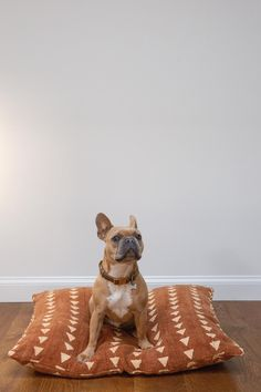 20  Stylish Boho Dog Beds You and Your Fur Kids Will Love - feat. Rust Triangles Mudcloth Dog Bed - from Shop Cocody (via Etsy). Tan and white French Bulldog, Boho pet bed, Boho Chic, Mud cloth dog pillow bed #doglover #bohochic #dogbed #frenchie Cute Dog Beds, Adorable Dogs, Dog Enrichment, Dog Pillow Bed, Dog Items, Cute Dogs And Puppies, Old Dogs, Dog Supplies, Dog Accessories