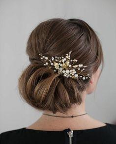 frau mit eleganter hochsteckfrisur mit schönem haarschmuck