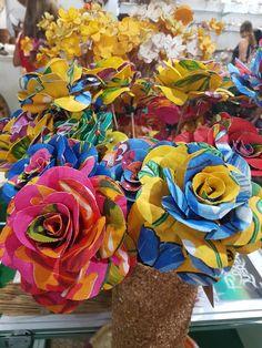Rosas confeccionadas em tecido de chita.  Dupla face, impermeabilizadas para facilitar a limpeza.  A haste é de vareta da planta aquática barba de bobe, que apresenta flexibilidade para maior movimento e beleza.    Cálculo de FRETE para 6 unidades.    O processo de confecção é todo artesanal.    ... Fabric Brooch, Branch Decor, Rainbow Flowers, Flower Crafts, Fabric Flowers, Fabric Crafts, Bobe, Party Time, Alice