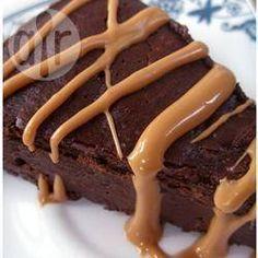 Chocoladecake zonder meel 200 gr pure chocolade van hoge kwaliteit 125 gr boter, zacht 125 gr suiker 4 eieren, gesplitst 200 gr gepelde en fijngemalen amandelen