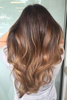 Cabello con efecto balayage sobre color caramelo. #peinados #novia #pelosuelto #balayage #colorcaramelo