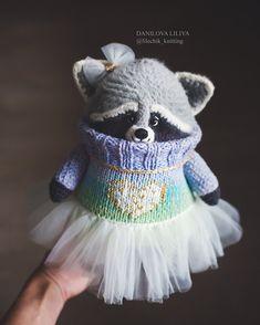 413 отметок «Нравится», 21 комментариев — Danilova Liliya (lilechik) (@lilechik_knitting) в Instagram: «Забыла выложить) А рост у неё около 30 см . . ⛔️нет в наличии . . . .#амигуруми #енот #бандит…»