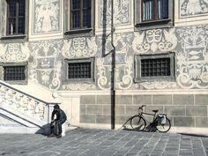Mettetevi al centro di Piazza dei Cavalieri a #Pisa e osservate uno dopo l'altro gli splendidi palazzi. Questo ospita la sede della Scuola Normale Superiore. La luce le decorazioni una bici l'attesa by lacronacaitaliana
