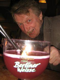 her blir rødt øl prøvd ut i Berlin Wine Glass, Alcoholic Drinks, Berlin, God, Tableware, Alcoholic Beverages, Dios, Dinnerware, Dishes